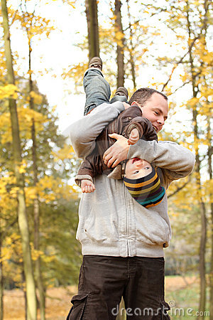 Jesień park rodzinny szczęśliwy