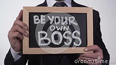 Jest twój swój szefa zwrotem na blackboard w biznesmen rękach, początkowa firma zdjęcie wideo