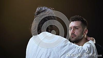 Jesus in den Dornen krönen den Trost des schreienden Mannes, Frieden in der Seele, Gottsegen, Hoffnung stock footage