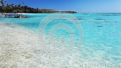 Jetty i łódź na tropikalnej plaży z zadziwiającą wodą zdjęcie wideo