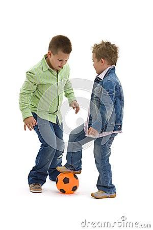 Jeu du football de garçons