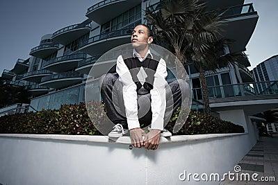 Jeune adolescent posant sur une saillie
