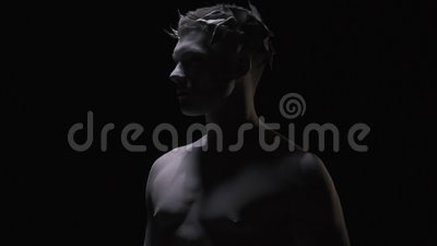 Jeune César avec la guirlande de laurier sur sa tête, tir de profil banque de vidéos