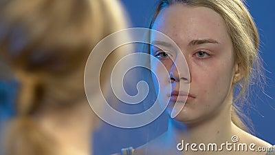 Jeune dame regardant la r?flexion dans le miroir et pleurant, probl?mes de l'adolescence, ?motions banque de vidéos