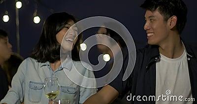 Jeune danse de couples et amusement asiatiques de avoir célébrant le festival de nouvelle année et de Noël ensemble à la partie d clips vidéos