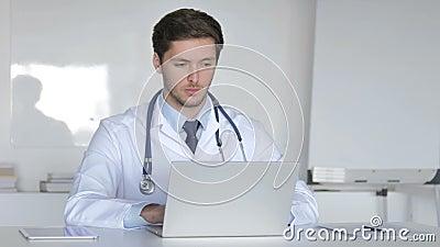 Jeune docteur Working On Laptop dans la clinique banque de vidéos