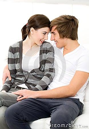 Jeune embrassement de couples