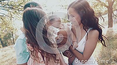 Jeune famille avec deux petites filles dans la nature Famille heureuse sur le plan rapproché de nature banque de vidéos