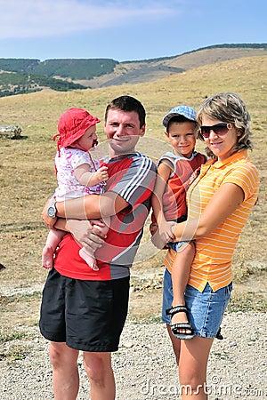 Jeune famille heureuse