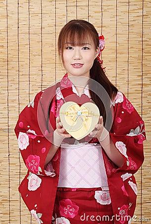 Jeune femme asiatique dans le kimono