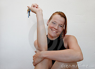 Jeune femme avec des clés