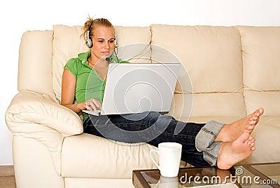 Jeune femme avec l ordinateur portatif