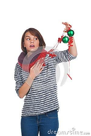 Jeune femme avec la boule de Noël