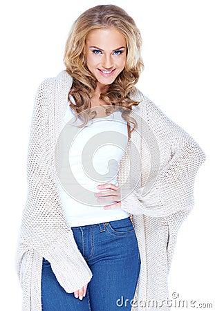Jeune femme blonde attirante