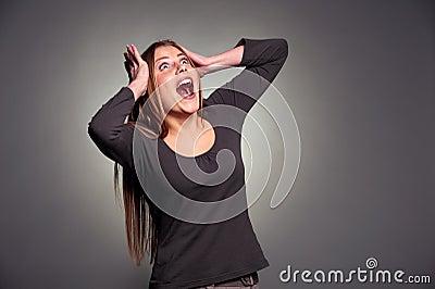 Jeune femme choquée recherchant