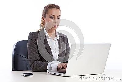 Jeune femme d affaires au bureau avec l ordinateur portatif