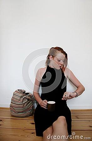 Jeune femme exécutant tard