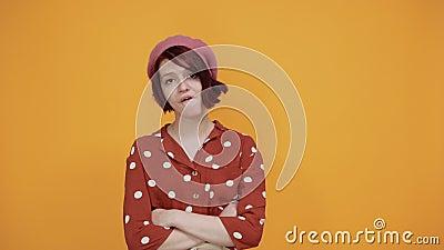 Jeune femme jolie, sans idée et expression confuse avec les bras, et levée banque de vidéos