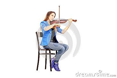 jeune femme occasionnelle assise sur une chaise en bois jouant le violon images libres de droits. Black Bedroom Furniture Sets. Home Design Ideas