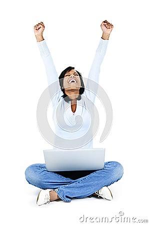 Jeune femme réussi avec l ordinateur