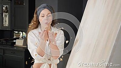 Jeune femme soufflant à la main avec du papier doré coupé au ralenti école d'art, créativité et concept humain Capture d'écran banque de vidéos