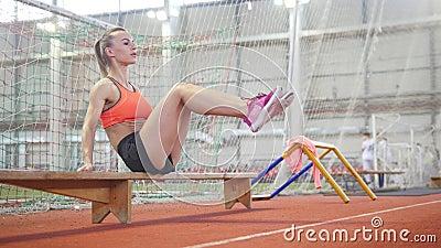 Jeune femme sportive formant son ABS utilisant un banc clips vidéos