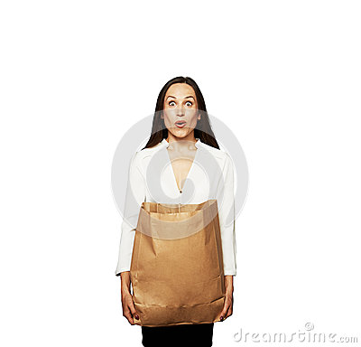 Jeune femme stupéfaite avec le sac