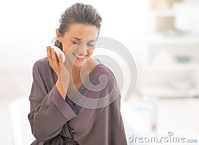 Jeune femme tenant le savon dans la salle de bains photo stock image 41761969 for Comfemme nue dans la salle de bain