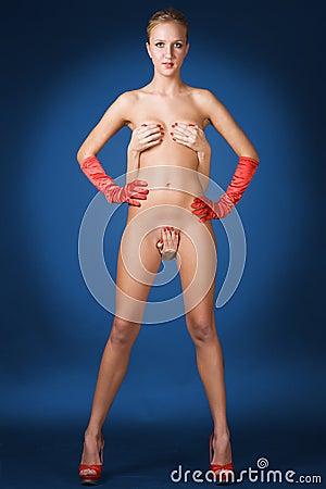 Jeune fille blonde mignonne nue avec les gants rouges bleus