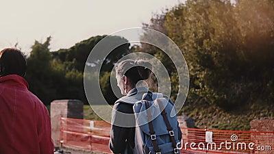Jeune guide touristique femelle caucasien d'excursion montrant des ruines antiques d'Ostia, Italie à un mouvement lent de tourist banque de vidéos