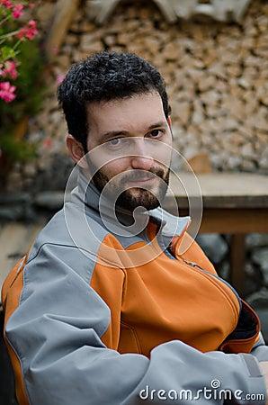 Jeune homme avec la barbe