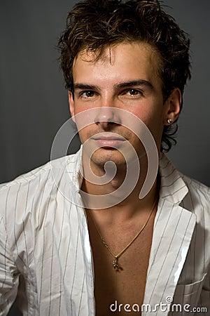 Jeune homme beau