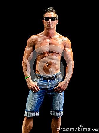 jeune homme beau de muscle nu utilisant seulement des jeans et des lunettes de soleil. Black Bedroom Furniture Sets. Home Design Ideas