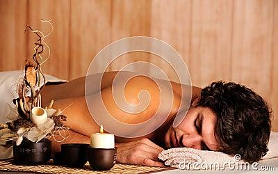 Jeune homme bel détendant dans le salon de station thermale