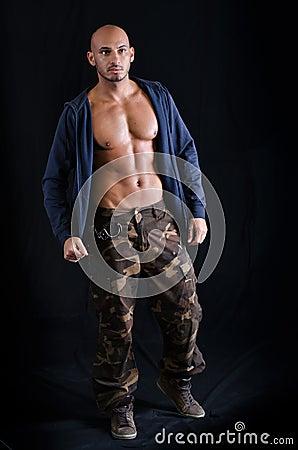 jeune homme chauve se tenant avec le pull molletonn. Black Bedroom Furniture Sets. Home Design Ideas