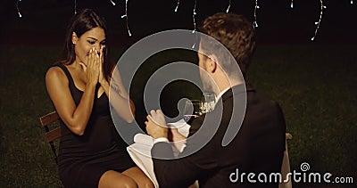 Jeune homme proposant à une jeune femme magnifique