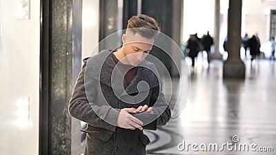 Jeune homme recherchant l'argent dans la poche et le portefeuille clips vidéos