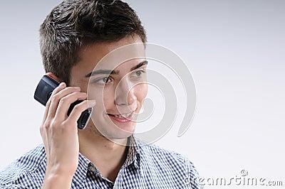 Jeune homme utilisant le mobile
