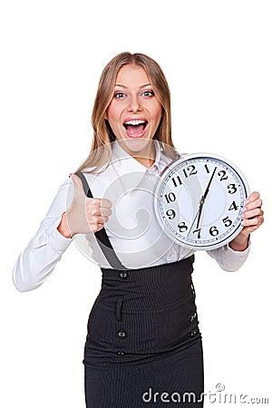 Jeune horloge joyeuse de fixation de femme d affaires