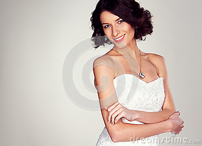 Jeune jeune mariée joyeuse
