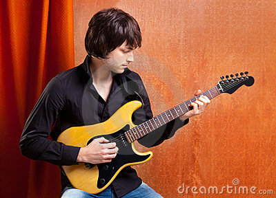 Jeune joueur de guitare d indie de bruit de sembler britannique de roche