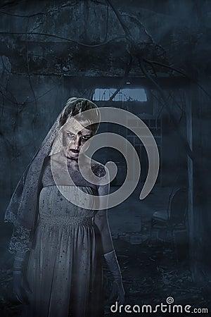 Jeune mariée avec les cicatrices et la maison fantasmagorique