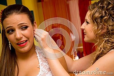 Jeune mariée et demoiselle d honneur