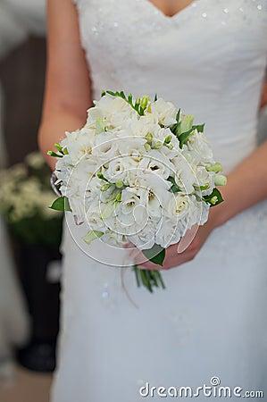 Jeune mari e tenant un beau bouquet de mariage des fleurs blanches photo stoc - Un beau bouquet de fleurs ...