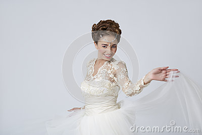 Jeune mariée joyeuse