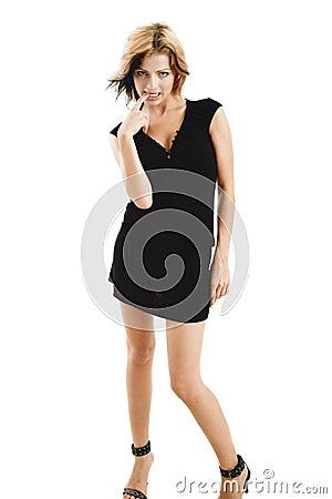 Jeune modèle timide posant dans une robe noire mignonne