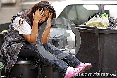 Jeune pauvre fille dans le coffre