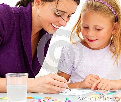 Jeune peinture heureuse de mère avec son descendant