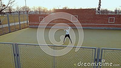 Jeune type ?nergique, un danseur de rue dans le pantalon noir et un chandail blanc, effectuant de beaux mouvements sur banque de vidéos
