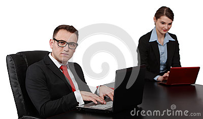 Jeunes couples d affaires sur des ordinateurs portables